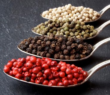 Black peppers, red peppercorns : the colors of the peppers